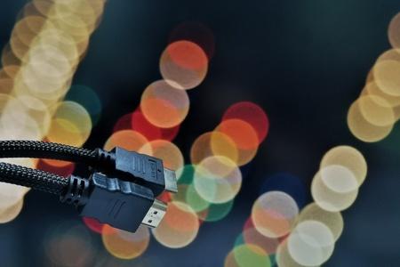 bokeh 배경에 HDMI 케이블의 닫기 샷