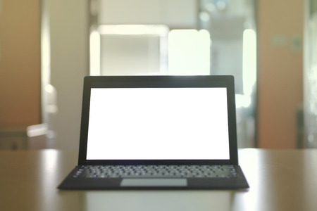 Laptop computer displaying white background. PC on a table in a office room. Stockfoto