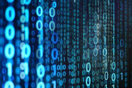 파란색 이진 배경입니다. 컴퓨터 언어 매트릭스. 정보 코드를 표시하는 LED 화면의 다중 노출 사진. 사이버 전쟁 및 디지털 데이터 전송 테마. 인공 지능 및 데이터 분석 개념.