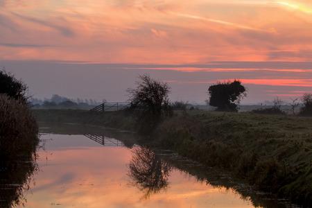 amanecer: Diciembre de última hora del amanecer sobre los niveles de invade en East Sussex, Inglaterra Foto de archivo
