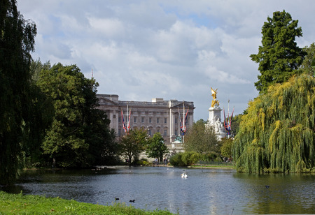 st jamess: Buckingham Palace and Victoria Memorial from St. Jamess Park, London Editorial