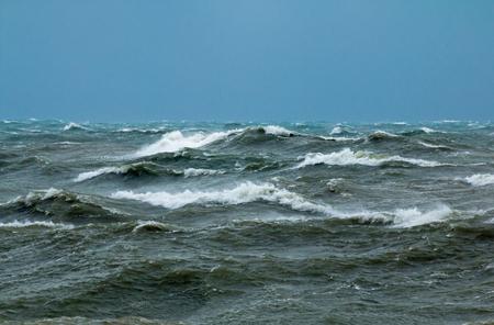 Mare agitato con onde che si infrangono nella Manica al largo di Seaford nell'East Sussex.