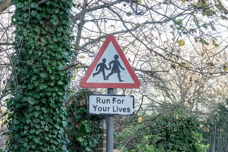 어린이 텍스트와 함께 추가 unoffical 기호 경고 거리 표지판 넘어 서 섹스, 영국에서 시골 마을에서 귀하의 삶에 대 한 실행.