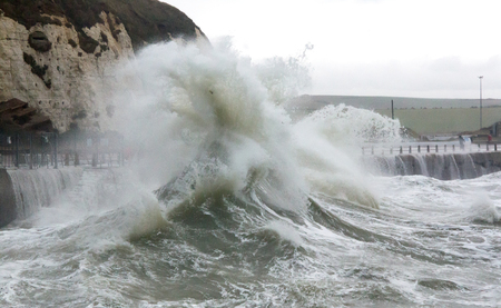 Waves and debris flung up over sea wall at Newhaven Harbour 스톡 콘텐츠