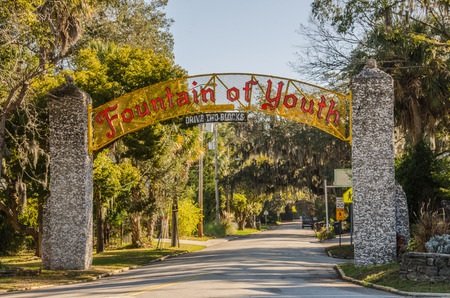Red sign on yellow background for historic Fountain of Youth in St. Augustine, Florida Фото со стока