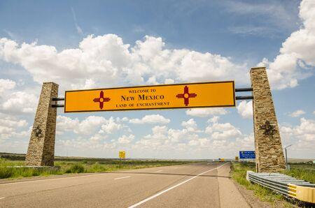 welcome sign: Nouveau Mexique Bienvenue panneau � la fronti�re du Texas
