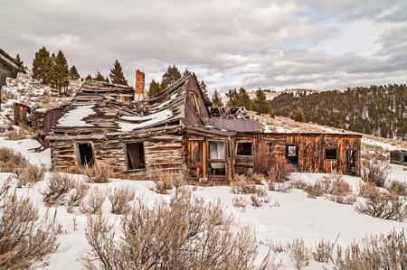 Abandonada casa, negocio, o ambos, con la parte principal de caer hacia abajo. Nótese la chimenea de ladrillo torcida y algunos otros edificios cercanos en condiciones similares.