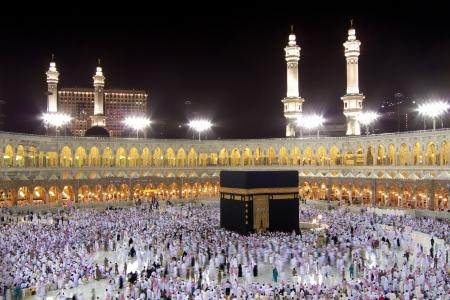 Mekka, Saudi-Arabië - 6 februari 2008 islamitische pelgrims, van over de hele wereld, die rond de Kaaba 's nachts