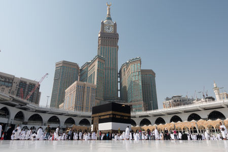 Mecca, Saudi Arabia - September 10, 2016: Muslim pilgrims put on their white ihrams circling around the holy Kaaba at daytime during Hajj in Saudi Arabia 報道画像