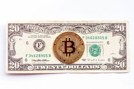 Bitcoin sullo sfondo della banconota da venti dollari. Criptovaluta vs. economia tradizionale. avvicinamento