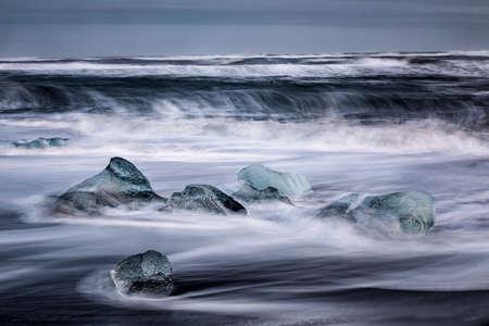 ice floes on the black sea sand and the coast Standard-Bild