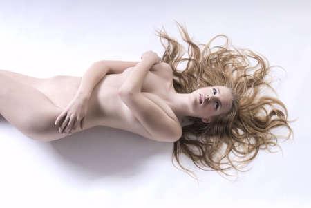 girl sexy nude: Chica sexy desnuda acostada en la foto de estudio. Foto de archivo