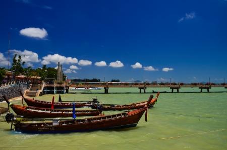 pristine coral reef: Barche da pesca in spiaggia Editoriali