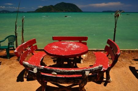 pristine coral reef: Seduta al mare e il bel cielo blu