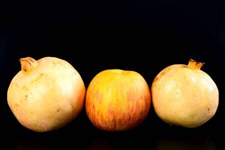 super cross: Grupo pera oriental fresca y granada en el fondo negro