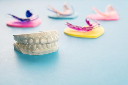 Dental retainer orthodontic appliance on the blue background. 版權商用圖片 - 122588921