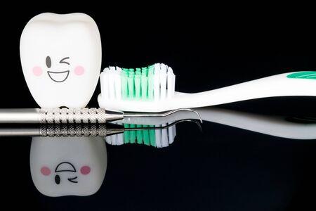 Close up; Dental tools and smile teeth model on black background. Foto de archivo - 133716985