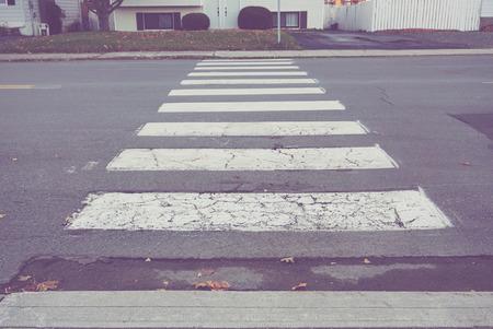 paso de peatones: cruce de peatones en zona residencial