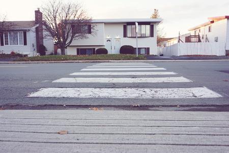 senda peatonal: cruce de peatones en zona residencial