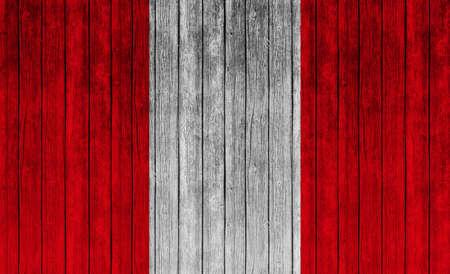 bandera de peru: La bandera de Per� en el fondo de la textura de madera Foto de archivo