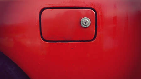 tanque de combustible: tapa del dep�sito de gasolina viejo del coche viejo Foto de archivo