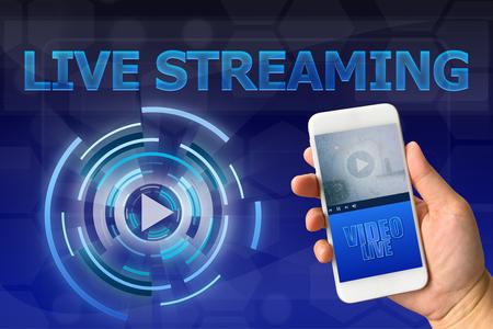 Vrouwelijke hand die smartphone tegen digitale blauwe achtergrond LIVE STREAMING-concept houdt