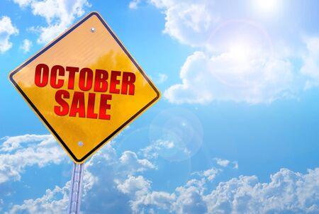 cerrando negocio: venta de la palabra de octubre, de la señal de tráfico amarillo cielo azul de fondo Foto de archivo