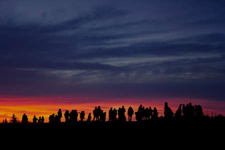 Silhouette of people looking at view against sky in the evening Lizenzfreie Bilder