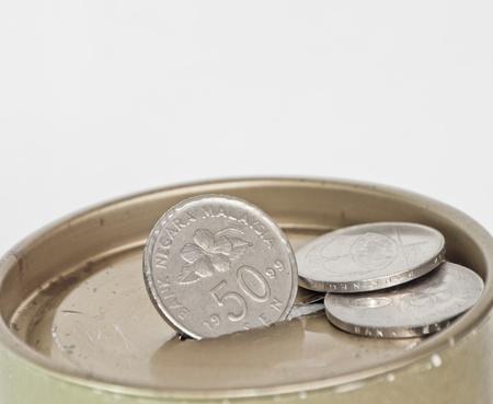 gradual: Acumulaci�n gradual de las monedas en una vieja caja de metal