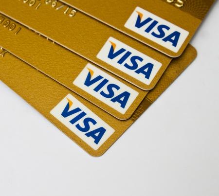 tarjeta visa: Tarjetas de crédito Visa para facilitar la transacción. Editorial