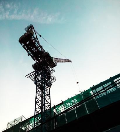 idling: Tower crane idling, awaiting instruction before proceed.