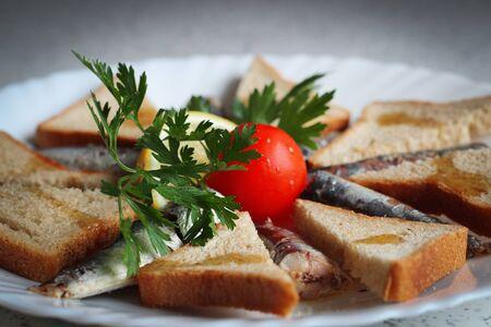 sardinas: Sardinas y pan tostado de grano entero Foto de archivo
