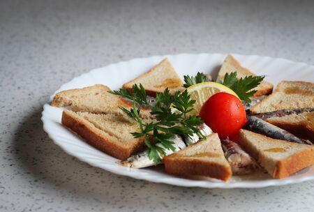 sardinas: Sardinas y pan tostado