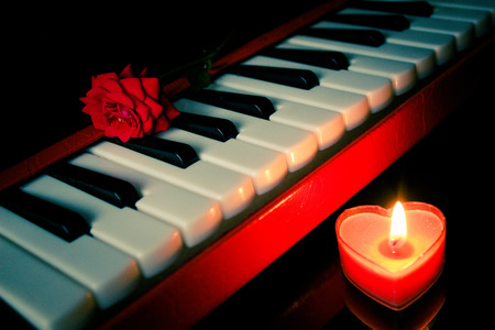 bougie coeur: Rose, piano and heart shape candle Banque d'images
