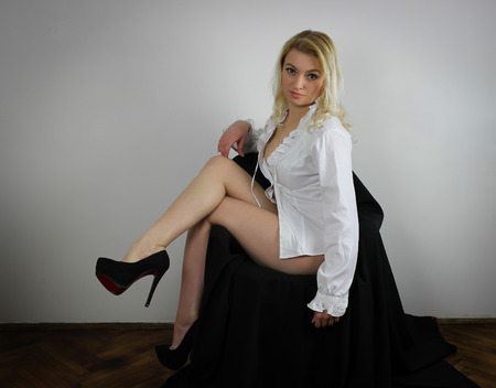 Blonde sitting on chair Banque d'images