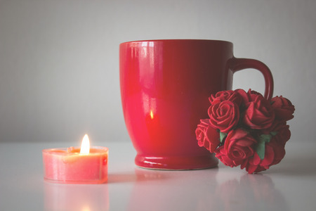 Red cup and roses Banque d'images