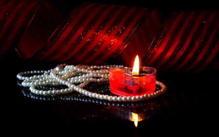 Candle and pearls Banque d'images