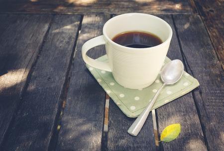 tarde de cafe: Café de la tarde relajarse, una taza de café en la mesa de madera de época