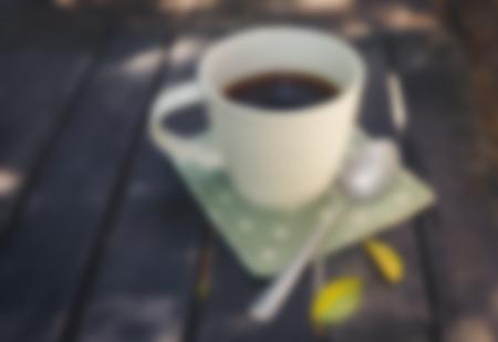 tarde de cafe: Café de la tarde relajarse, una taza de café en la mesa de madera vintage, desenfoque de fondo Foto de archivo