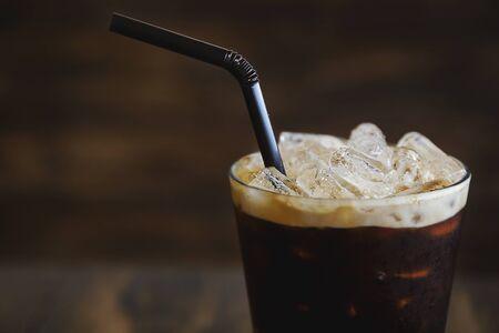 vaso de precipitado: Café helado en vaso con fondo de crema y madera Foto de archivo