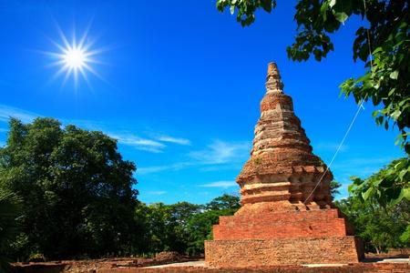 stupas: Stupa antiche fatte di mattoni sfondo � il cielo blu