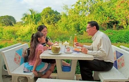 familia cenando: Padre de la familia, la madre y su hija comer alimentos en los asientos de m�rmol