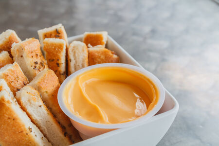 gressins: Gressins dans une tasse blanche et sauce brune. Banque d'images