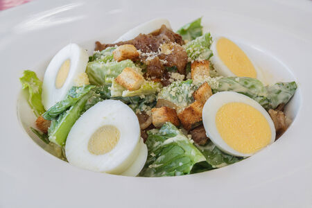 ensalada cesar: Ensalada César en el plato blanco en el restaurante
