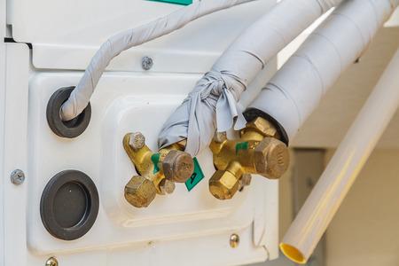 guarniciones: Los accesorios de bronce y tuber�a para aire acondicionado