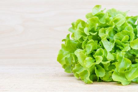 lechugas: lechuga de roble verde fresco en la mesa de madera.