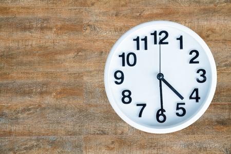 時計が 30 分や pm 4 をコピー スペースと木の背景に表示します。