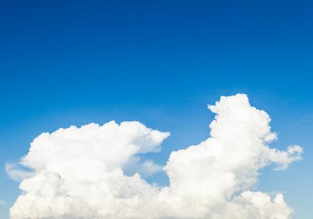 Blauer Himmel und weiße Wolken am Sommer. Gutes Wetter Tag Hintergrund mit Kopie Raum.