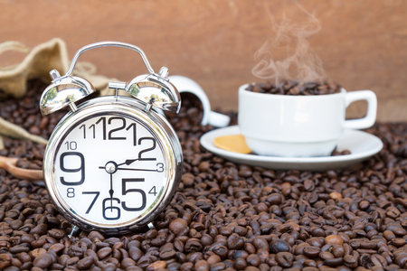 時計の表示時間 30 分や午後 2 背景コピー スペースとコーヒー豆のマグカップでコーヒー。 写真素材
