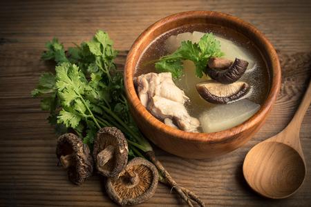 Winter meloen soep met kip en champignons Stockfoto